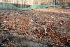 Dumpa av konstruktionsavfalls i stad Royaltyfri Foto
