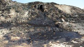 Dumpa giftlig avfalls, olje- lagunföroreningsjord och vatten Arkivfoton