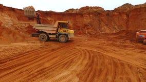 Dumper ciężarówka przy piasek kopalnią Trutnia widok pracuje przy piaska łupem kopalnictwo ciężarówka zdjęcie wideo