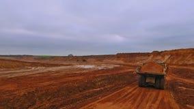 Dumper ciężarówki chodzenie wzdłuż piaska łupu Widok z lotu ptaka usyp ciężarówka zbiory