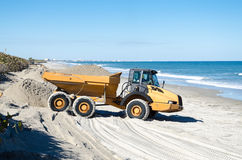 Dumperpåfyllning med strandsand Royaltyfria Foton
