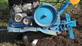 Dumping de la terre dans le jardin avec un cultivateur banque de vidéos
