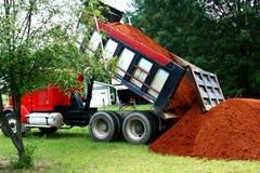 Dumping dell'autocarro con cassone ribaltabile Fotografie Stock Libere da Diritti