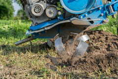 Dumping des Landes in den Garten mit einem Landwirt Stockfoto