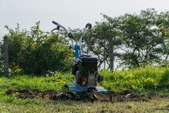 Dumping des Landes in den Garten mit einem Landwirt Stockfotos