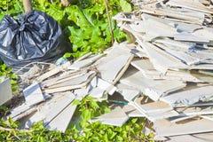 Dumping illégal de la plaque de plâtre démolie abandonnée en nature Images stock
