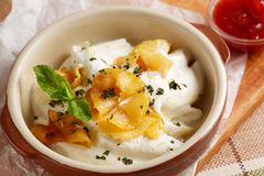 Dumplings with sour cream and baked apples Royalty Free Stock Photos