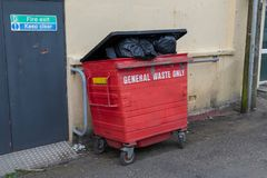 Dumpster aan de rand wordt gevuld die royalty-vrije stock afbeeldingen