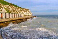 Dumpton Gap, Broadstairs Les huttes inférieures de promenade et de plage images libres de droits