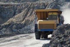 Dumptruck de la mina que trabaja en una mina de carbón foto de archivo libre de regalías