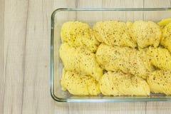 Dun gesneden aardappelplakken met kruiden in glasvorm Royalty-vrije Stock Foto's