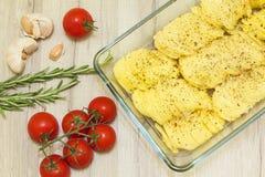 Dun gesneden aardappelplakken met kruiden in glasvorm Royalty-vrije Stock Fotografie