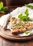 Dun-korstpizza met verse basilicumbladeren dat wordt bedekt Plak van Pizza Naar huis gemaakt voedsel Italiaanse vegetariër pizz royalty-vrije stock fotografie