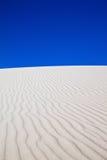 Duna de areia branca com testes padrões do vento Fotografia de Stock