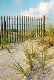 Duna de areia e grama do mar ao longo de uma cerca. Imagem de Stock Royalty Free