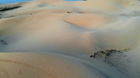 duna de areia em Mui Ne, Vietname Paisagem arenosa bonita do deserto Dunas de areia no fundo do rio Alvorecer no video estoque