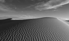 Duna de arena con las ondulaciones en las arenas blancas en New México Imágenes de archivo libres de regalías
