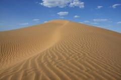 Duna de arena del desierto de Sáhara con el cielo azul nublado. Fotos de archivo libres de regalías