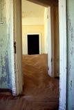 Duna de arena dentro de una casa del kolmanskop Foto de archivo libre de regalías