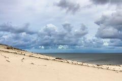Duna de arena en el golfo de Curonian fotografía de archivo
