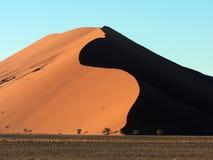 Duna de arena namibiana Fotos de archivo libres de regalías