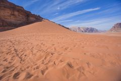 Duna de arena roja Paisaje de Jordania Desierto de Wadi Ram imagenes de archivo