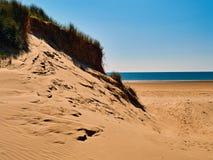 Duna de arena y playa Traeth Penrhos Anglesey Foto de archivo