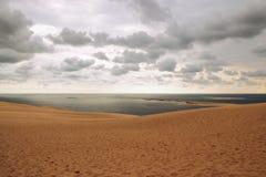 Duna di Pilat, vista sopra l'oceano ed il cielo nuvoloso Immagine Stock