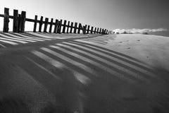 Duna di sabbia in bianco e nero con i recinti Fotografie Stock