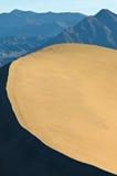 Duna di sabbia di contrapposizione Ridge e montagne Fotografie Stock Libere da Diritti