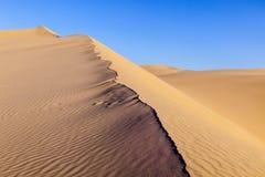 Duna di sabbia nell'alba nel deserto Fotografie Stock Libere da Diritti
