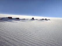 Duna ventosa con i recinti coperti dalla sabbia Fotografia Stock Libera da Diritti