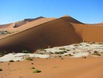 Duna vermelha em Deadvlei, Sossusvlei, Namíbia fotografia de stock