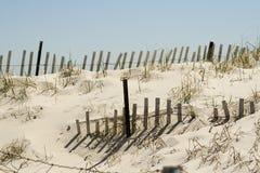 Duna y cerca de arena imagen de archivo libre de regalías