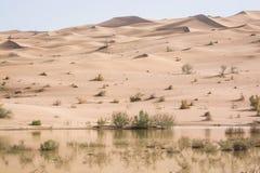 Dunas de areia alaranjadas com lago próximo a Chupanan em Irã imagem de stock royalty free