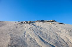 Dunas de areia cinzentas e o céu azul Imagem de Stock Royalty Free