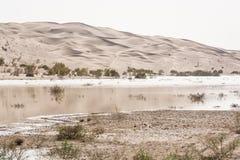 Dunas de areia com lago próximo a Chupanan em Irã imagens de stock