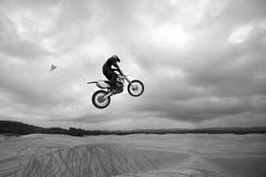 Dunas de areia de salto da bicicleta da sujeira - altamente acima fotografia de stock