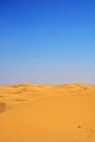 Dunas de areia e céu azul cloudless imagem de stock