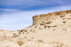 Dunas de areia e céu azul com nuvens Fotografia de Stock