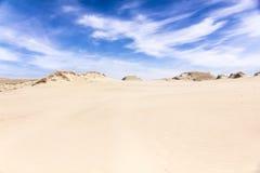 Dunas de areia e céu azul com nuvens Imagens de Stock Royalty Free