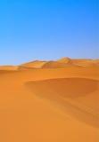 Dunas de areia e céu cloudless fotos de stock