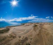 Dunas de areia de Mongol Els The e lago Durgen Nuur fotografia de stock