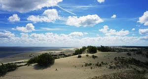 Dunas de areia na costa do cuspe de Curonian foto de stock royalty free