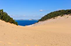 Dunas de areia na praia do arco-íris, Austrália imagens de stock