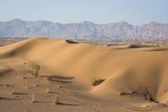 Dunas de areia na vila de Chupanan com as montanhas no fundo imagens de stock