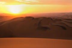 Dunas de areia perto de Huacachina no por do sol, região do AIC, Peru fotografia de stock
