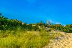 Dunas de areia, poltrona gigante no telhado da casa e grama do Provincelands Cape Cod miliampère E.U. fotos de stock royalty free
