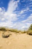 Dunas de arena bajo un cielo nublado agradable Imágenes de archivo libres de regalías
