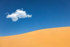 Dunas de arena con el desierto de la nube Fotografía de archivo libre de regalías